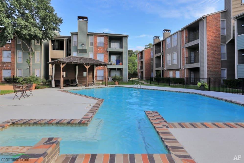 gran piscina en el apartamento de houston
